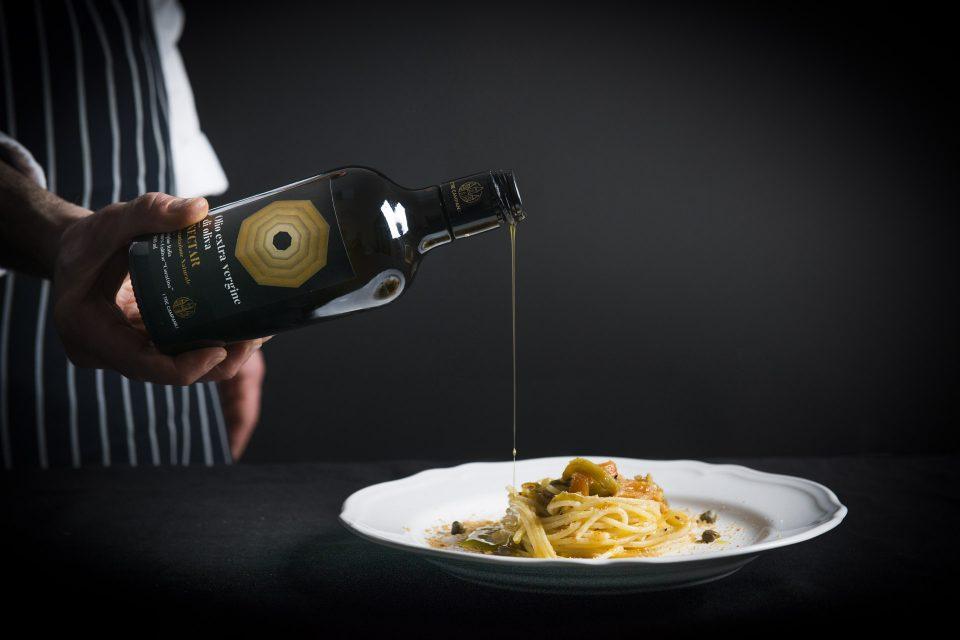 Spaghettone con peperoni alla brace, pangrattato tostato e capperi