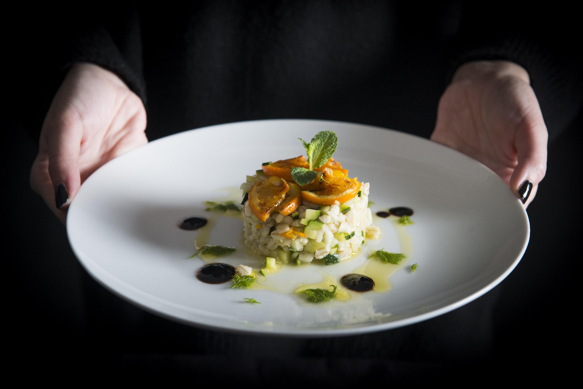 Timballino di orzo perlato, verdure all'arancio e perle di balsamico